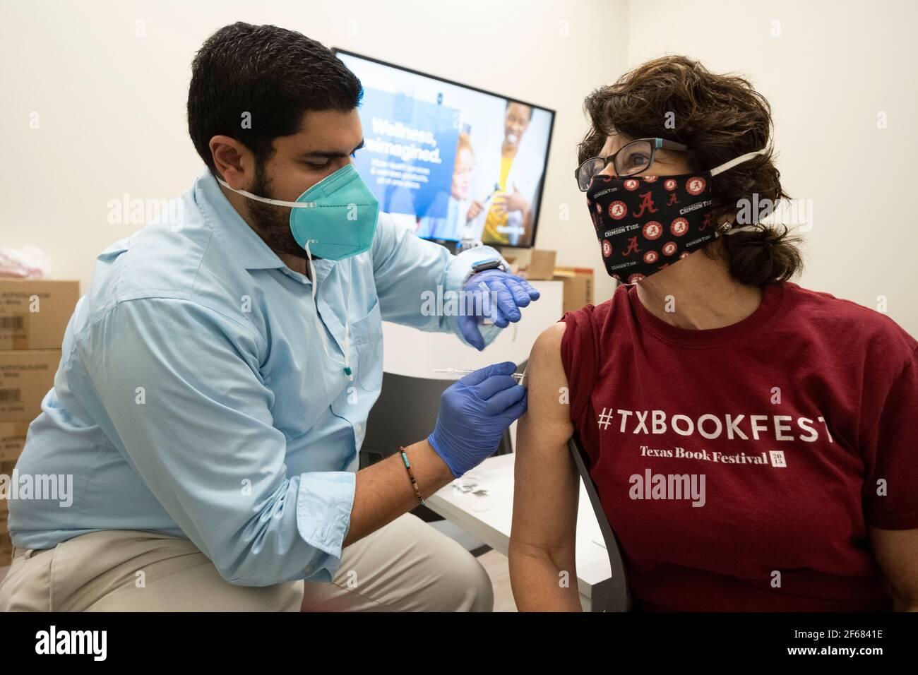 Austin, Texas 30 de marzo de 2021: JANIS DAEMMRICH (r), de 65 años, recibe su segunda inyección de la vacuna COVID-19 de Pfizer en una farmacia local, tres semanas después de la primera en el mismo lugar. Texas está reportando mayores envíos de vacunas y 1 de cada 6 tejanos elegibles están totalmente vacunados, alrededor del 16%. Foto de stock