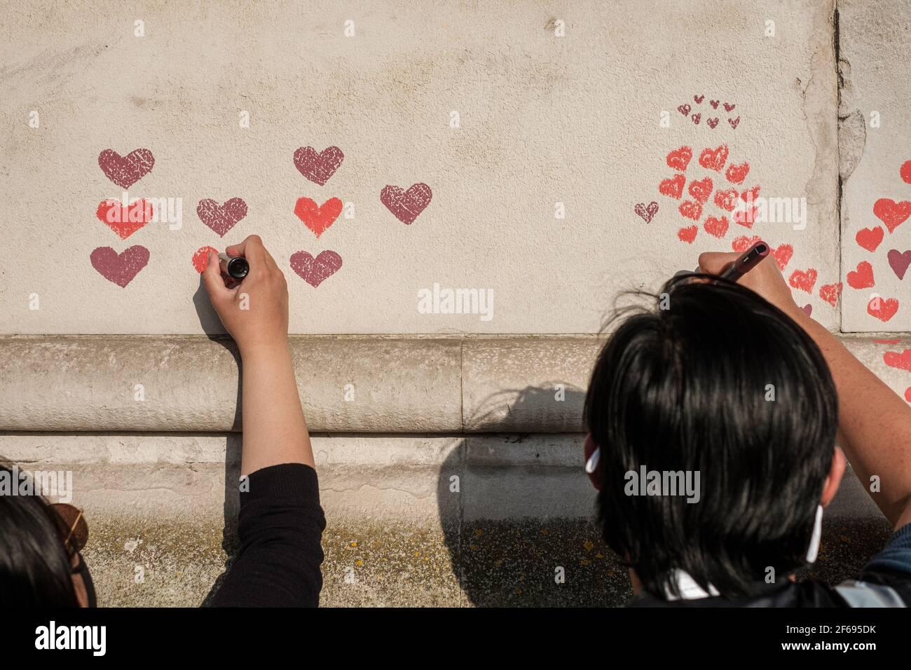 Día 2 del Muro Conmemorativo Nacional Covid; se han añadido más corazones y se han incluido más nombres como dedicación a los que pasaron de Corona Foto de stock