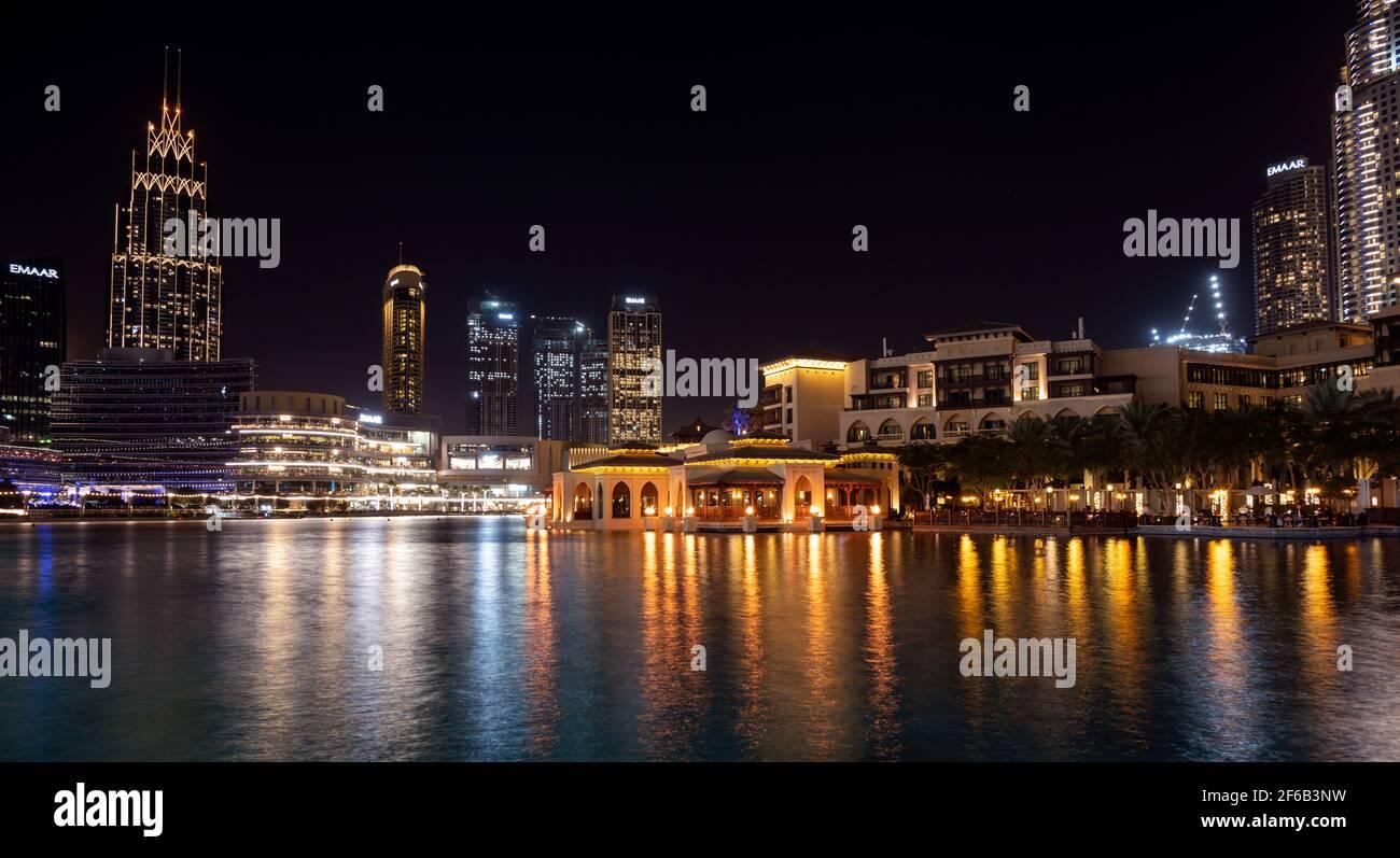 7 JAN 2021,Dubai,EAU . Hermosa vista del zoco al bahar iluminado, el centro comercial de Dubai, los hoteles y el horizonte capturado en la zona del bulevar del parque Burj Foto de stock