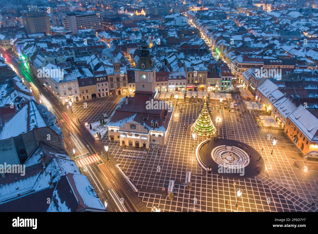 Vista aérea de invierno de la ciudad de Brasov, a la hora azul Foto de stock