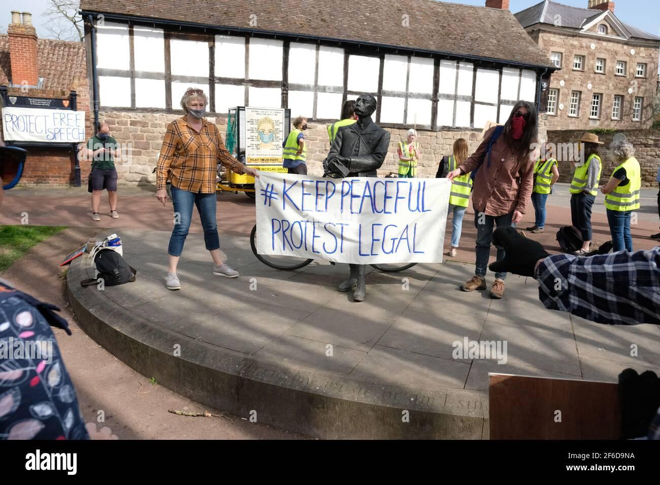 Hereford, Herefordshire, Reino Unido – Miércoles 31st de marzo de 2021 – los manifestantes se manifiestan sobre el verde de la catedral contra el nuevo proyecto de ley de policía, crimen, sentencia y tribunales ( PCSC ), que consideran que limitará sus derechos a la protesta legal. Foto Steven May / Alamy Live News Foto de stock