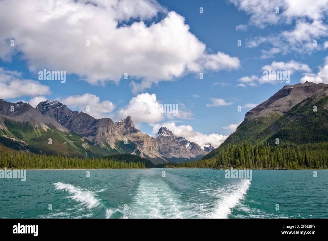Crucero en barco por el lago Maligne, el Parque Nacional Jasper, Alberta, Montañas Rocosas, Canadá Foto de stock