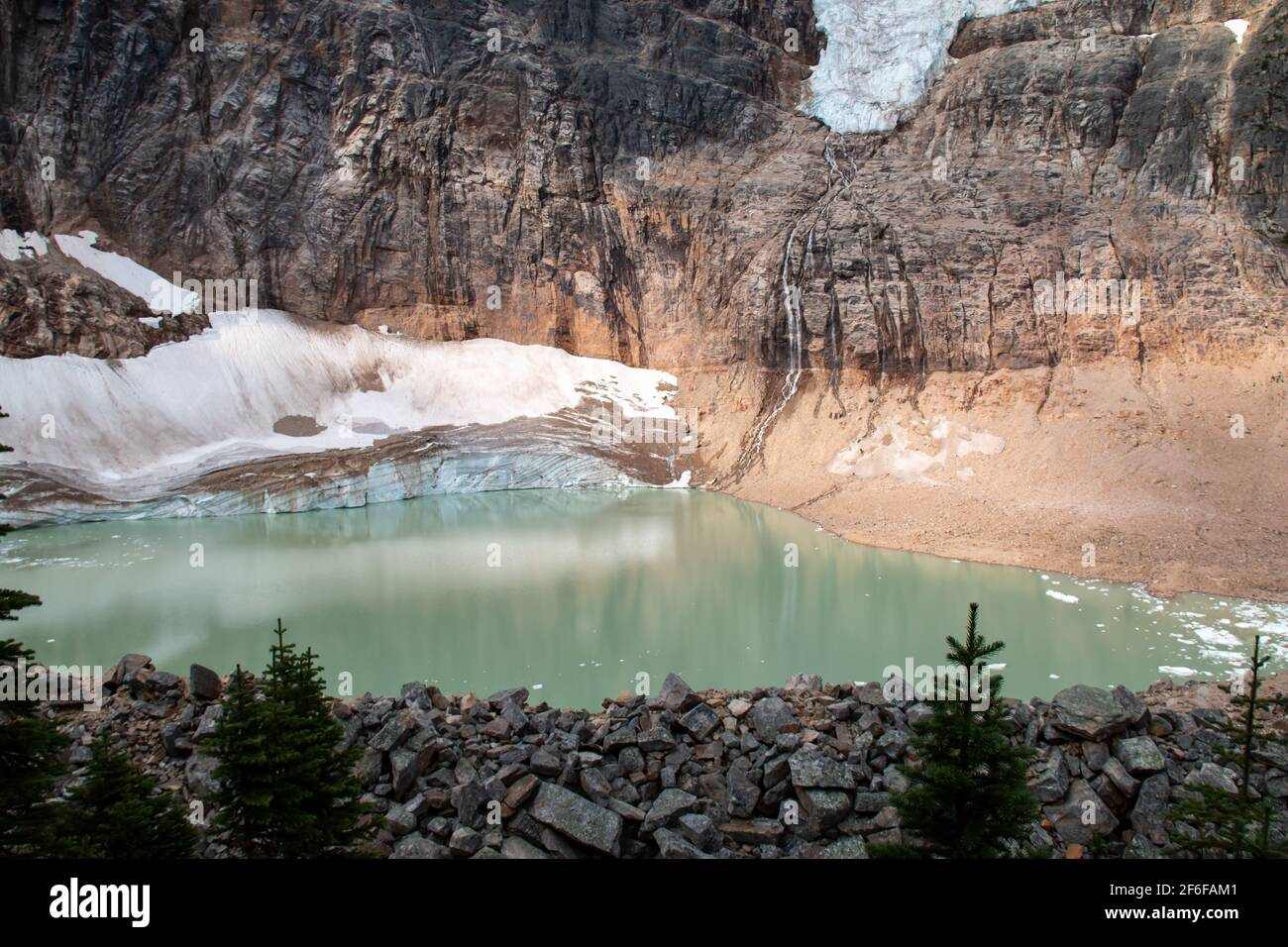 Piscina cubierta por el glaciar Esmeralda debajo del glaciar Angel, o Glaciar Ghost, desde la caminata por Mount Edith Cavell Meadows en las montañas rocosas Canadienses en Jasper. Foto de stock