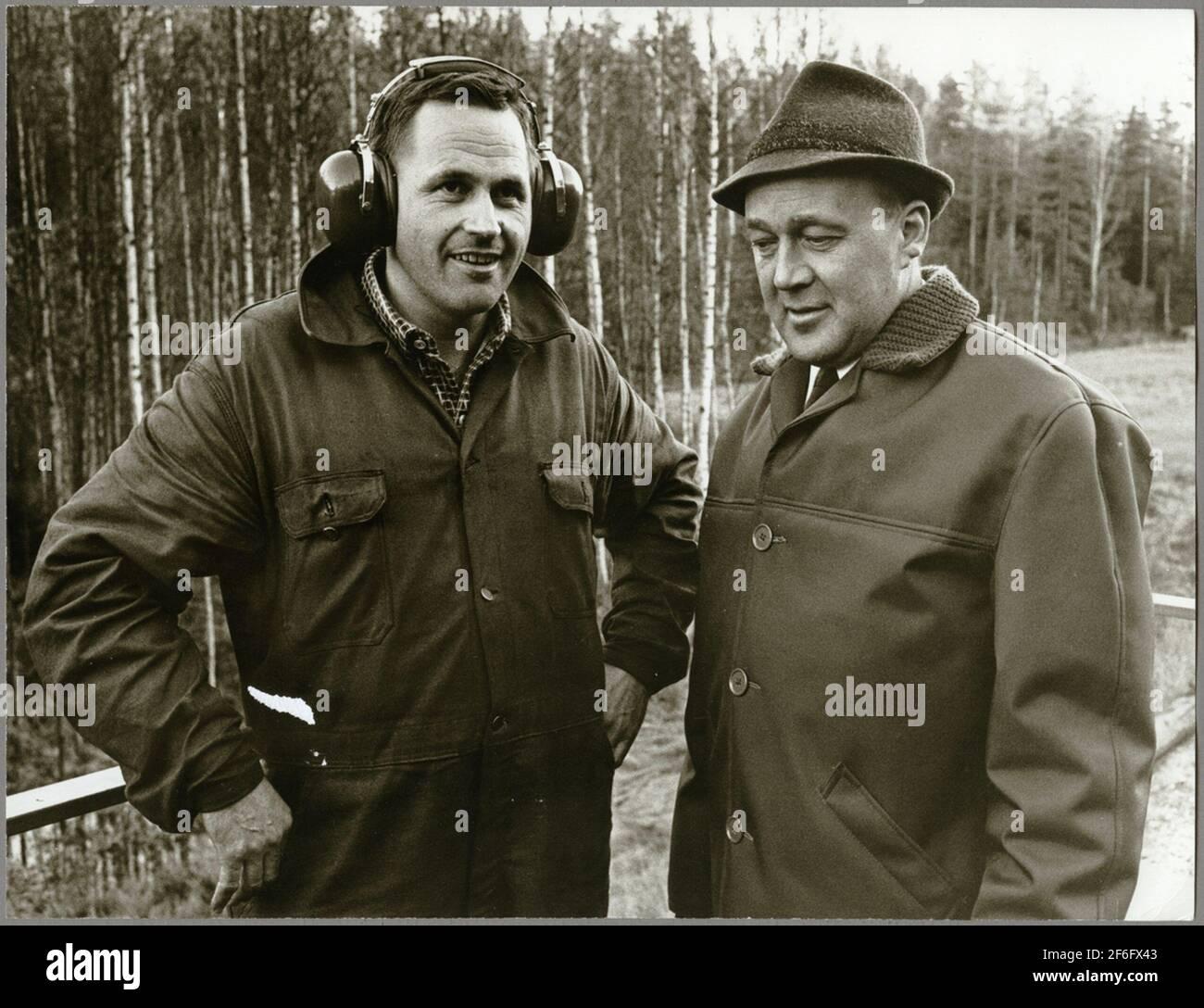 Gunnar Ndin y el Maestro Karl-Axel Gustavsson a lo largo de la vía férrea entre Harsjön y Bälgviken en 1967. Foto de stock