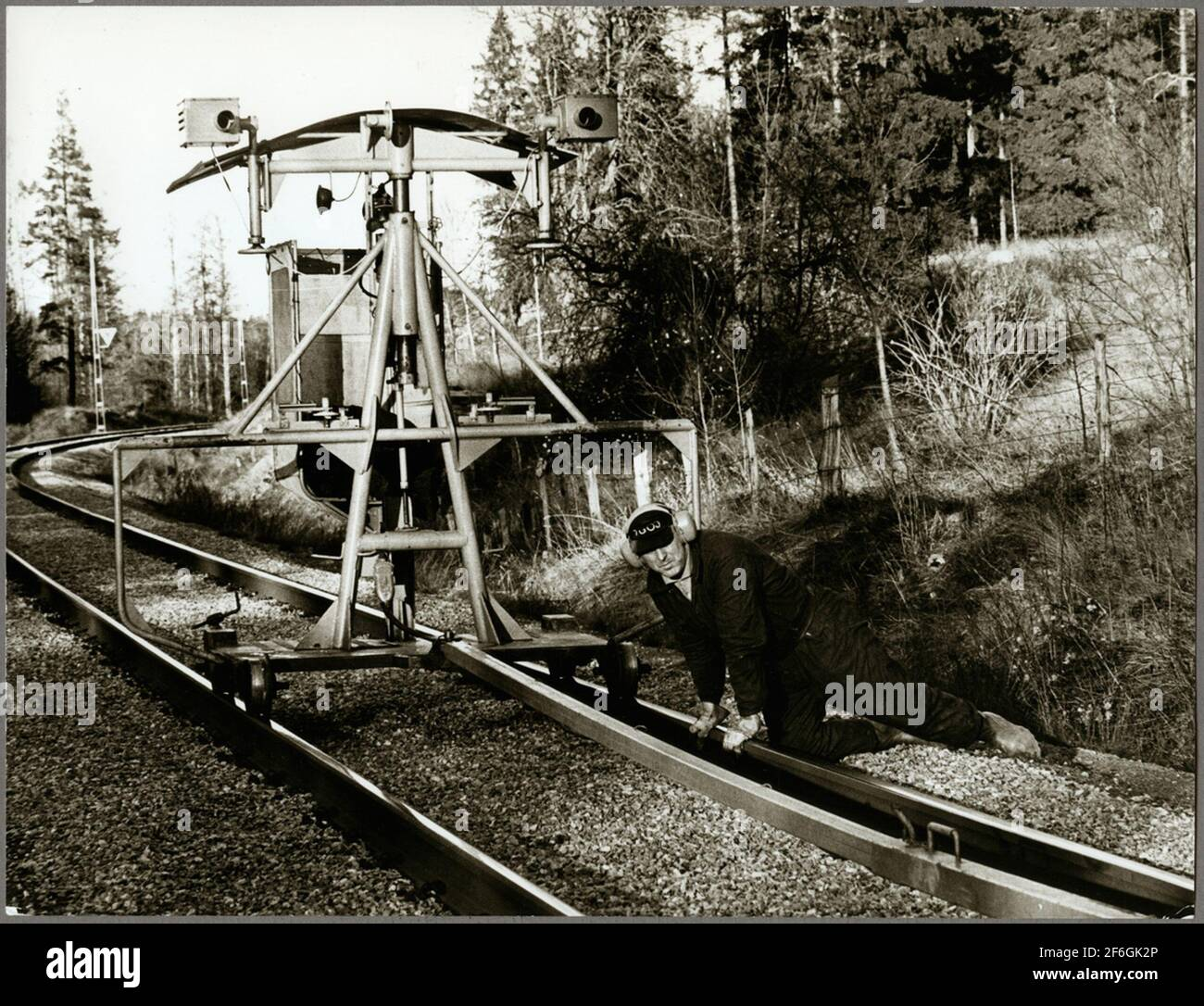 Mantenimiento de la pista utilizando la tela para lastrar la máquina de pico en la ruta entre Harsjön y Bälgviken en 1967. Foto de stock