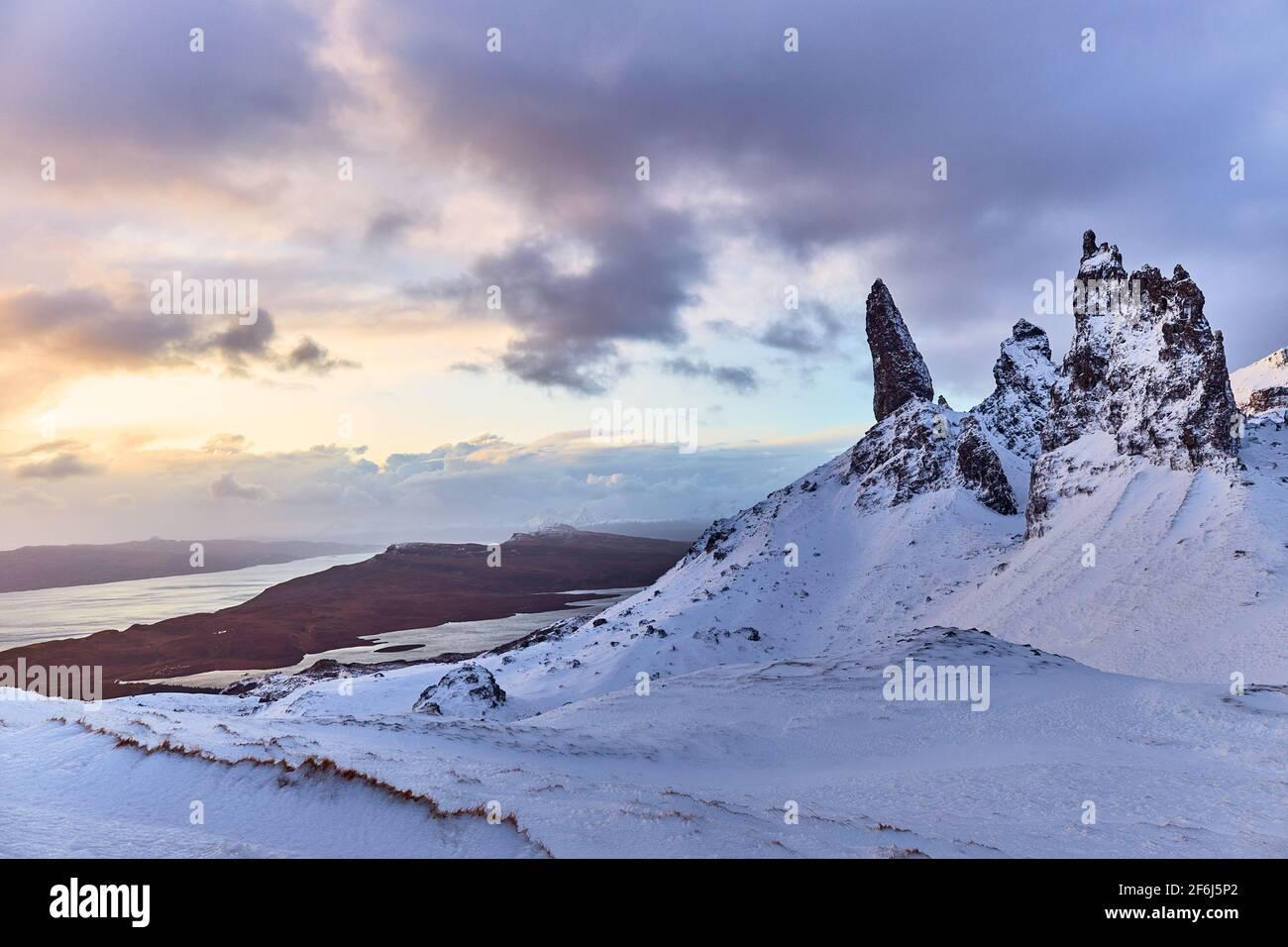 Old Man Storr, Isle Skye, Escocia. Puesta de sol de invierno desde la cima del pico Foto de stock