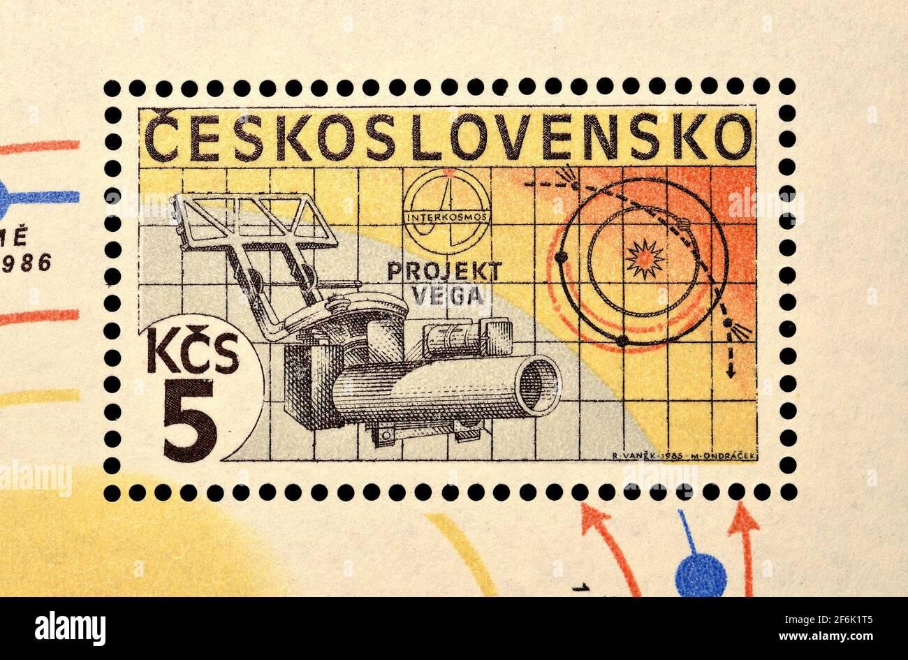 Sello postal checoslovaco (1985): Proyecto Vega - un esfuerzo conjunto de la URSS, Francia, República Democrática Alemana, Austria, Polonia, Bulgaria y CSS Foto de stock