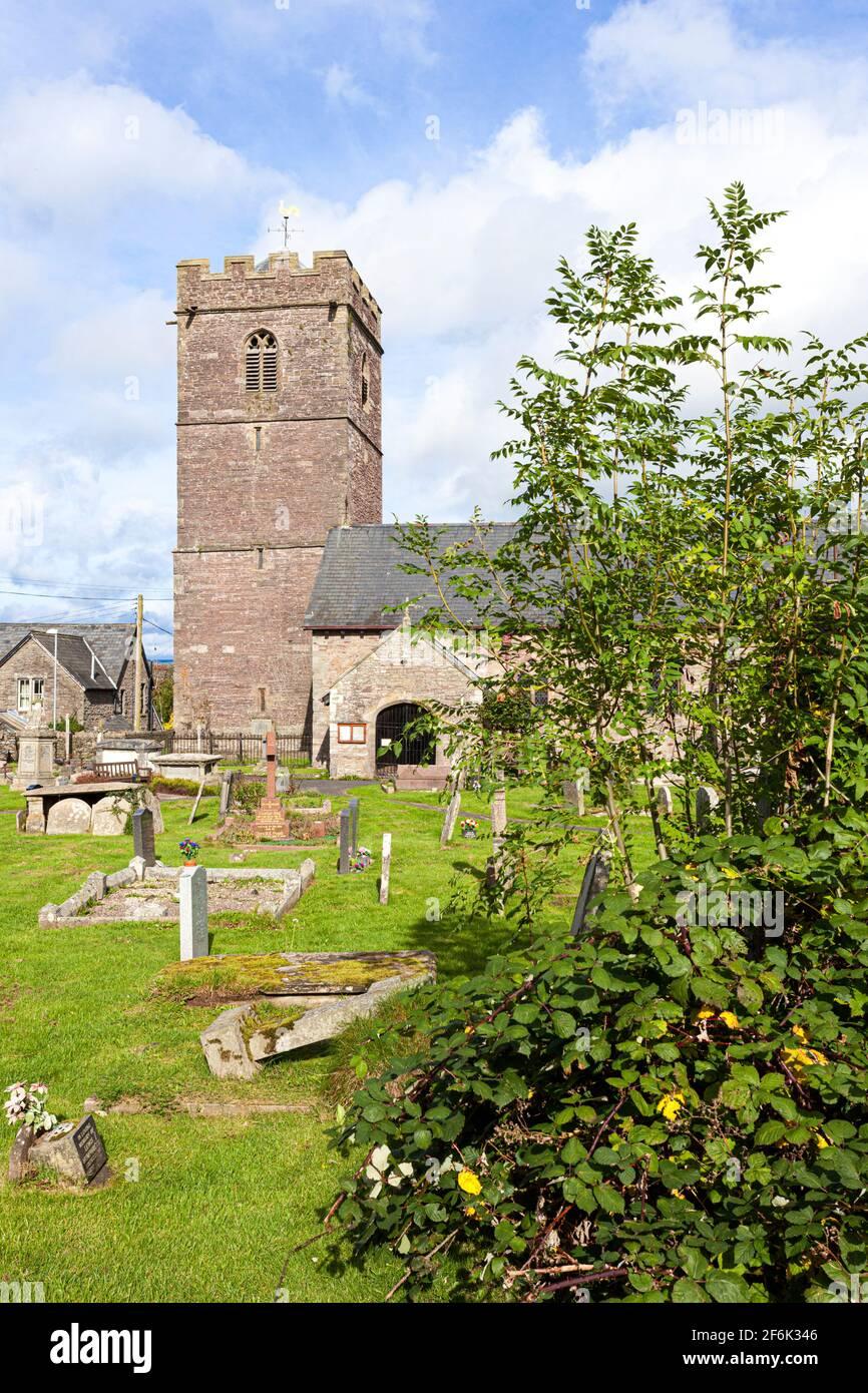 La iglesia parroquial de St Gwendoline en el Brecon Beacons en Talgarth, Powys, Gales, Reino Unido Foto de stock