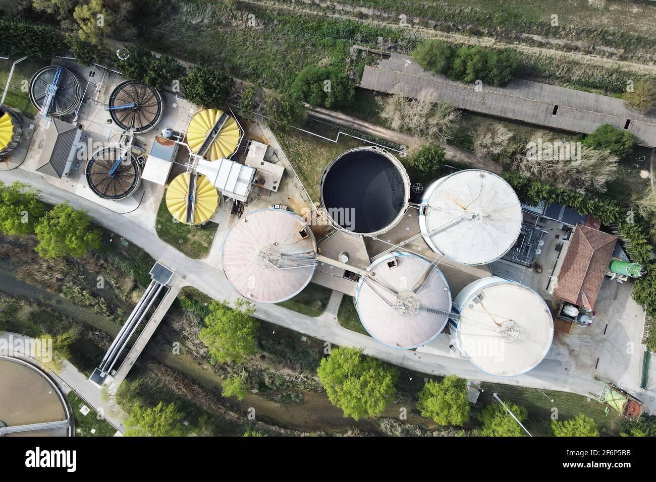 Vista aérea de tuberías y tanques de fábrica industrial. Foto de alta calidad Foto de stock