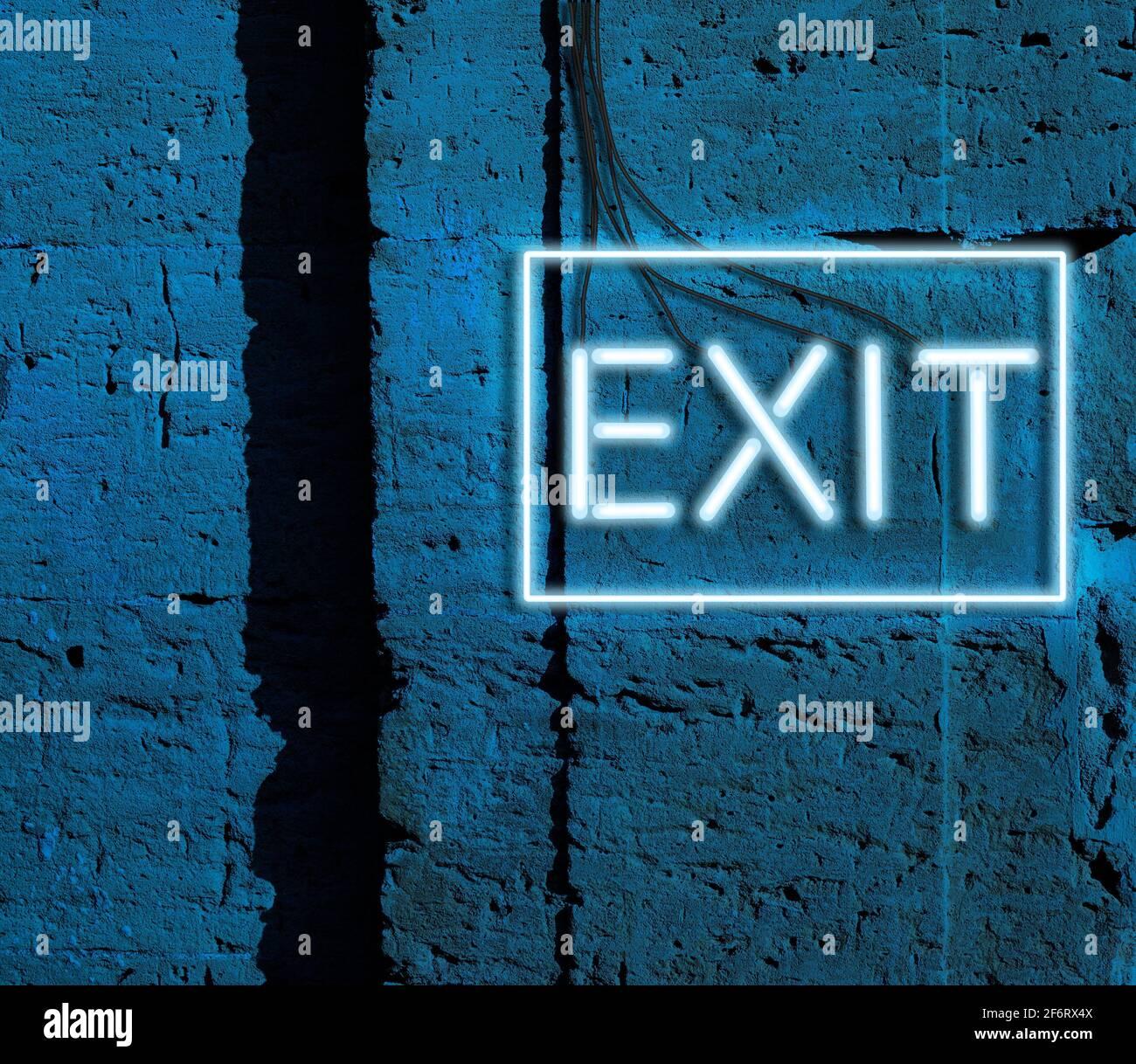 salida de inscripción de luces brillantes de neón azul cuelga en una pared de ladrillo, por la noche. Foto de stock