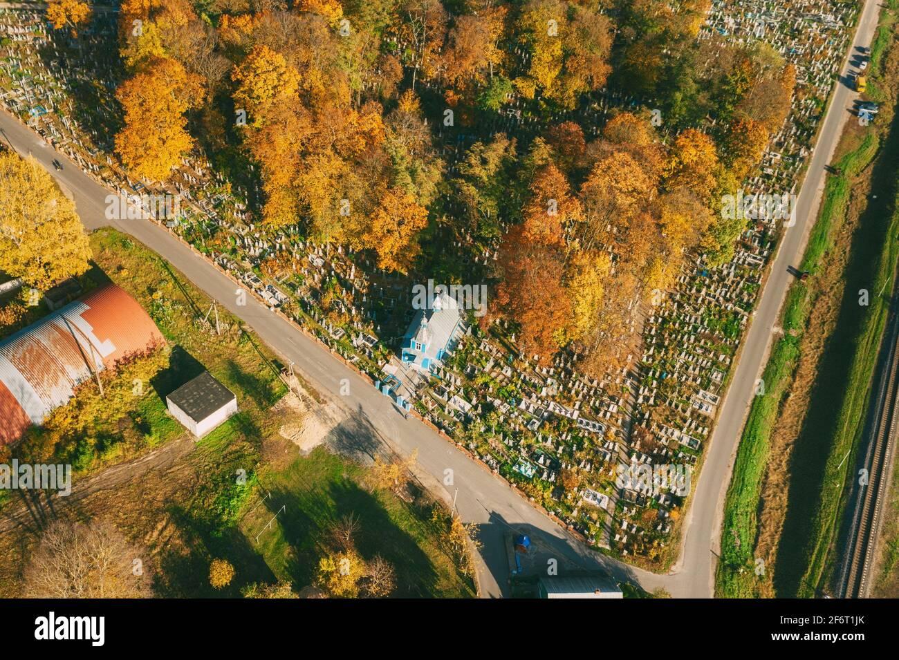 Kobryn, Región De Brest, Bielorrusia. Skyline Paisaje Urbano En Otoño Día Soleado. Vista de pájaro De la Iglesia de San Jorge. Famoso Lugar De Interés Histórico. Foto de stock