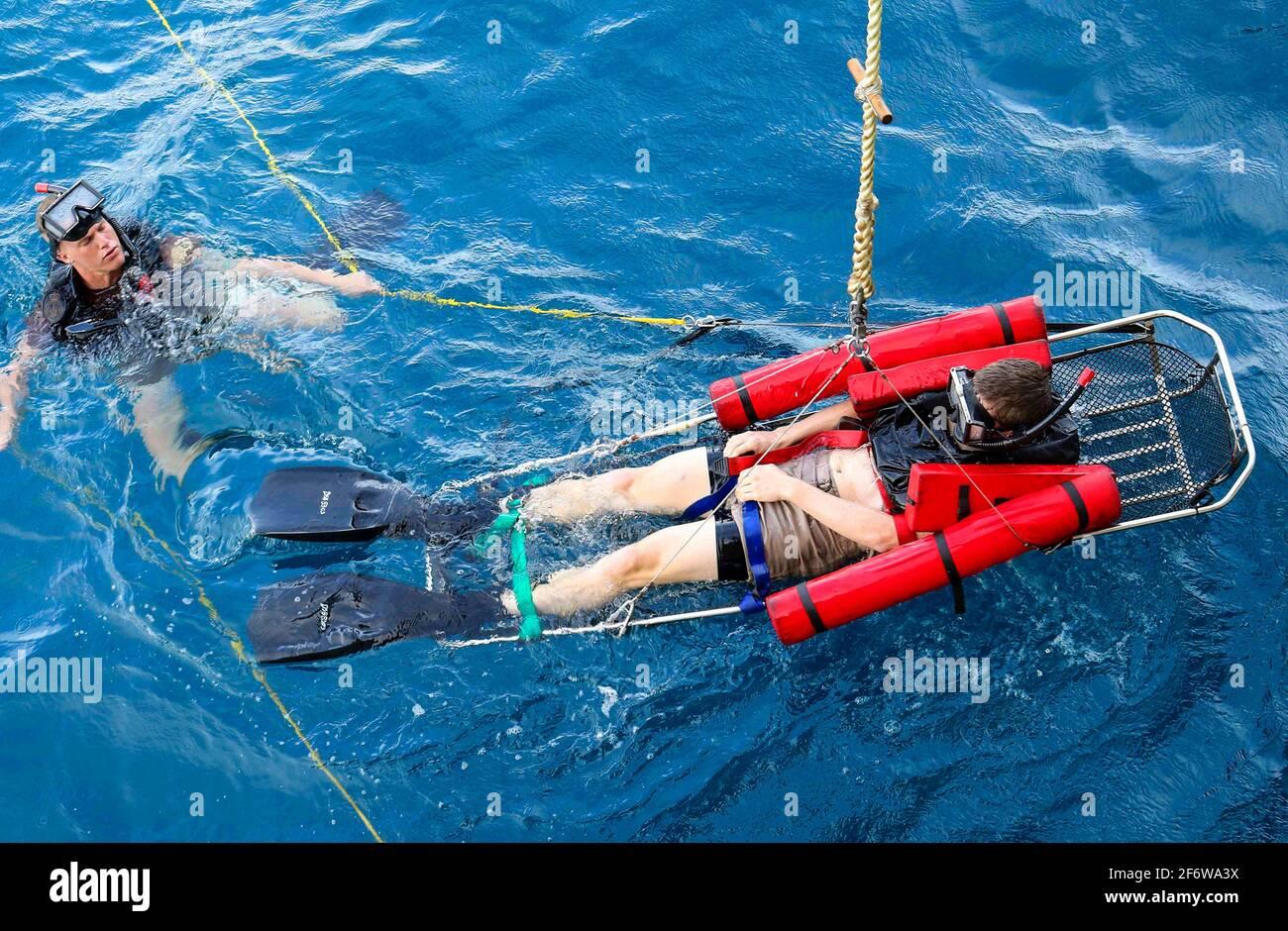 PORT MORESBY, Papua Nueva Guinea (Nov 17, 2018) Seaman Andrew Johnstone, de Charleston, S. C. , mantiene a un paciente simulado en una camilla estable Foto de stock