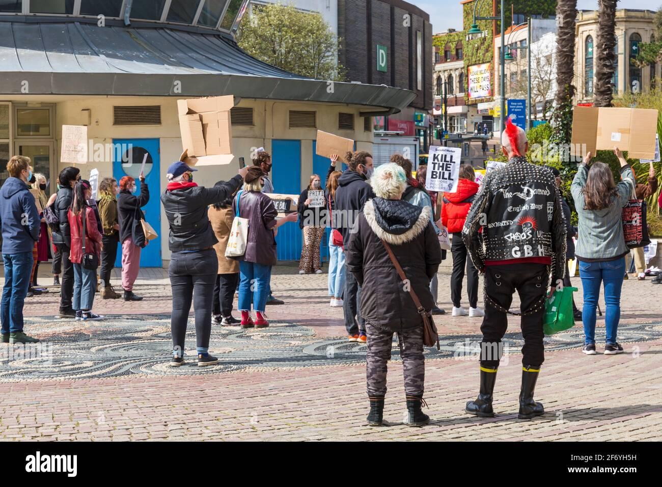 Bournemouth, Dorset Reino Unido. 3rd de abril de 2021. Protesta 'Matar el proyecto de ley' en Bournemouth en oposición al proyecto de ley 2021 sobre la policía, el delito, las sentencias y los tribunales que se encuentra actualmente ante el Parlamento. El proyecto de ley propuesto daría a la policía de Inglaterra y Gales más poder para imponer condiciones a las protestas no violentas. La protesta es una de las varias que tienen lugar en todo el país como parte de un plan para el Fin de Semana Nacional de Acción durante el fin de semana de Semana Santa, mientras se adhiere a las restricciones de cierre de Covid-19 Coronavirus. Crédito: Carolyn Jenkins/Alamy Live News Foto de stock