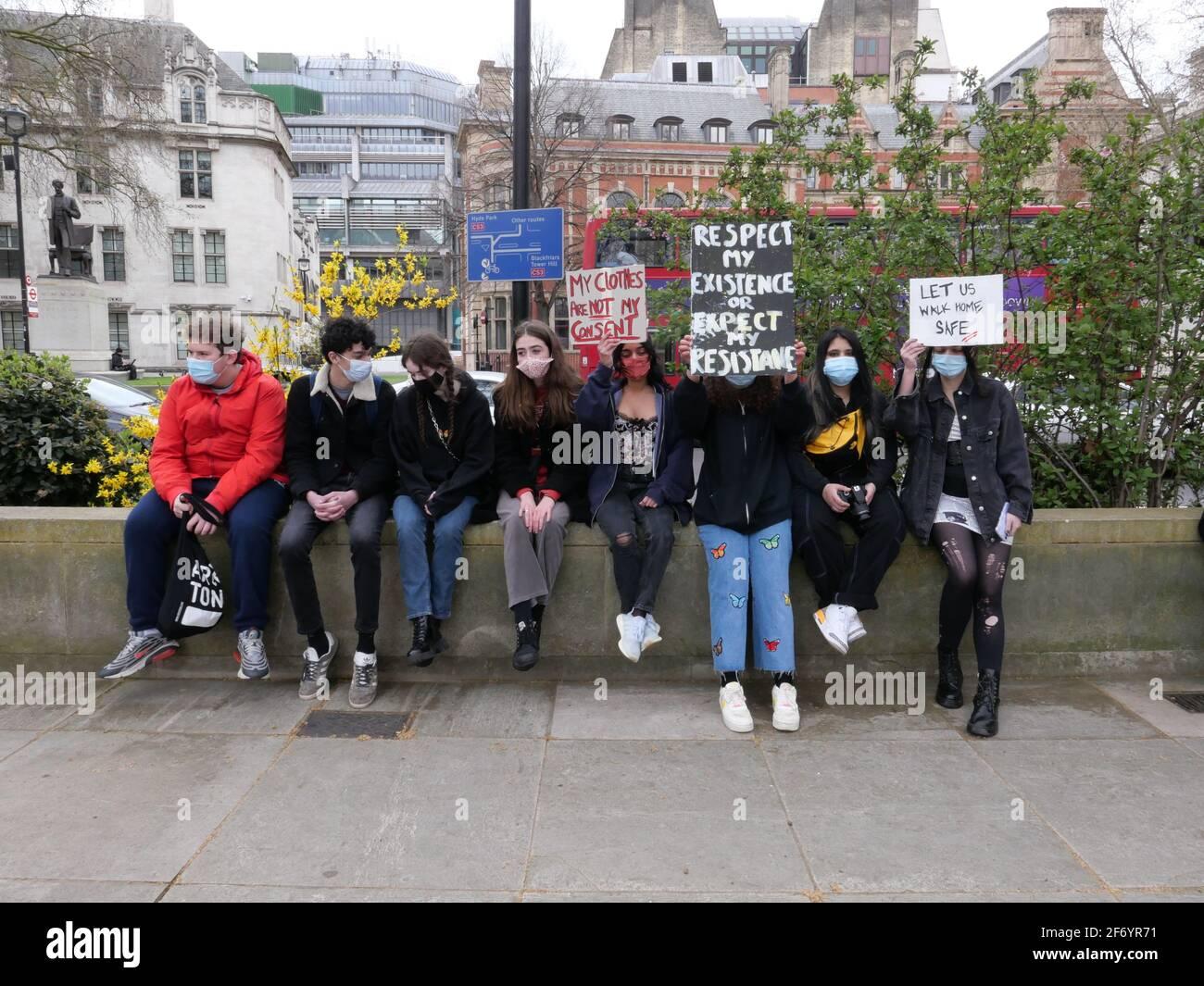 Los manifestantes se reúnen en el centro de Londres y otras 24 ciudades del Reino Unido el sábado 3 de abril contra un proyecto de ley de delincuencia que restringirá el derecho a protestar. El proyecto de ley de sentencias y tribunales policiales, aprobado en segunda lectura en el parlamento el mes pasado, modifica la legislación de orden público existente, haciendo más fácil para la policía prohibir o cerrar futuras protestas pacíficas .. Foto de stock