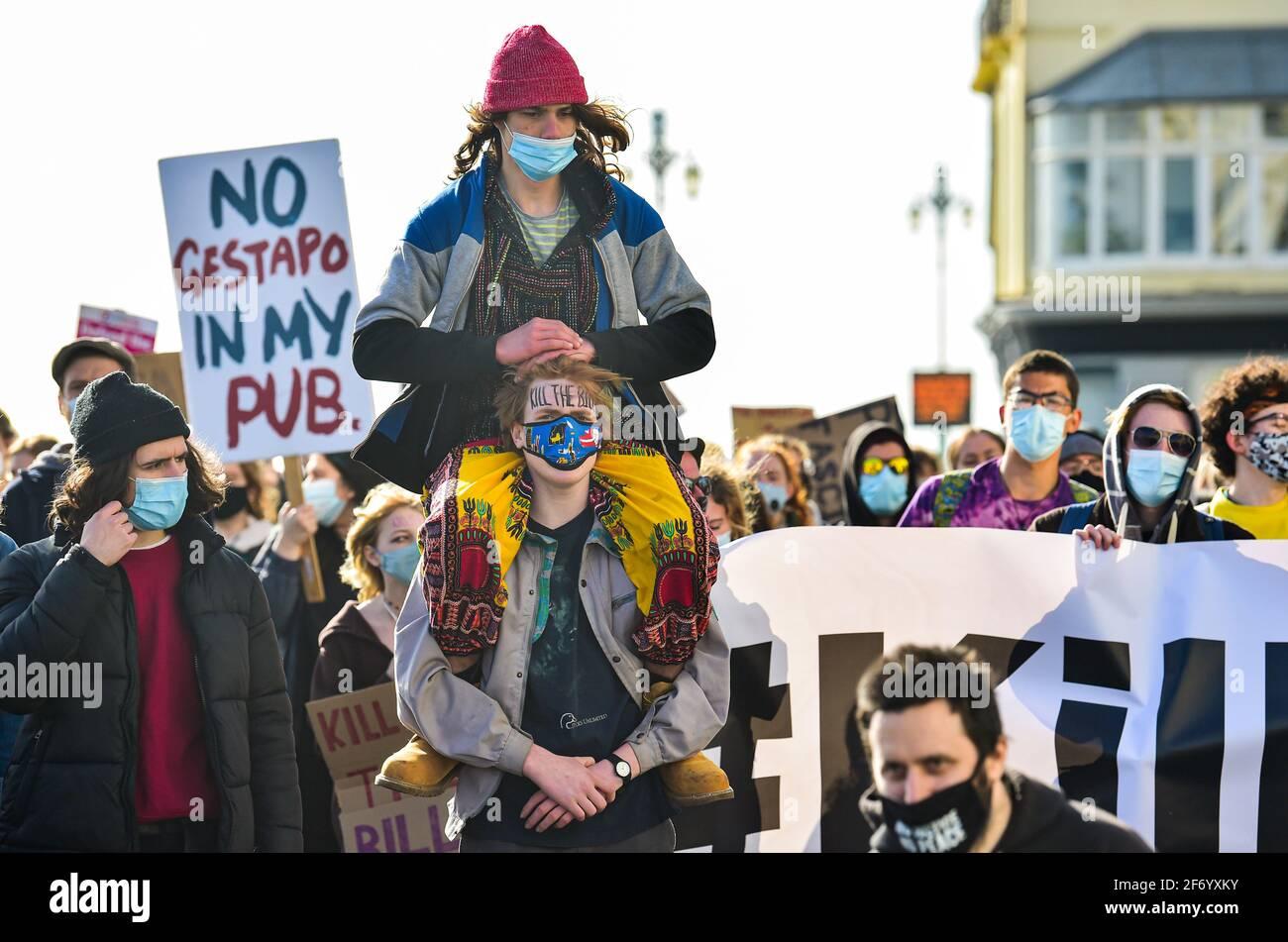 """Brighton Reino Unido 3rd de abril de 2021 - cientos de manifestantes de """"matar el proyecto de ley"""" marchan a través de Brighton en protesta contra los gobiernos polémico nuevo proyecto de ley que daría a la policía poderes para atacar la protesta pacífica: Crédito Simon Dack / Alamy Live News Foto de stock"""