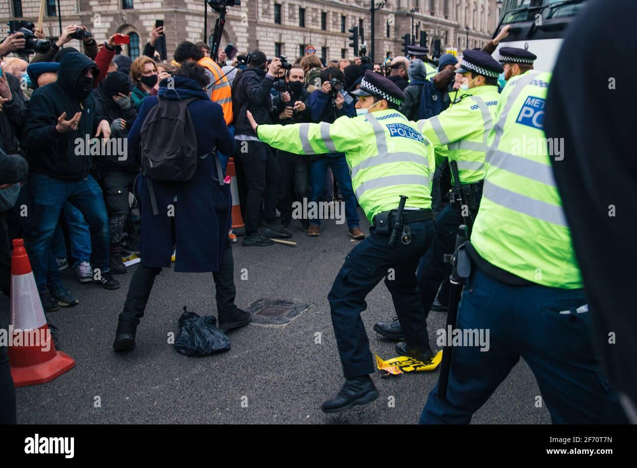 Londres, Reino Unido. Abril de 3rd 2021 'matar el proyecto de ley' protesta. Individuos de una variedad de grupos, desde Rebelión de extinción, vidas Negras, antifascistas y anarquistas se reunieron para protestar contra la propuesta de los gobiernos de Ley de Policía, crimen, sentencia y tribunales. El proyecto de ley propone limitar el derecho a protestar. una marcha de Hyde Park a Parliament Square tuvo lugar culminando en un rally donde los oradores incluyeron a Jeremy Corbyn. Más tarde estallaron escaramuzas entre la policía y una pequeña banda de anarquistas que luego marcharon a Charing Cross con una serie de detenciones y algunos daños a los contenedores Foto de stock
