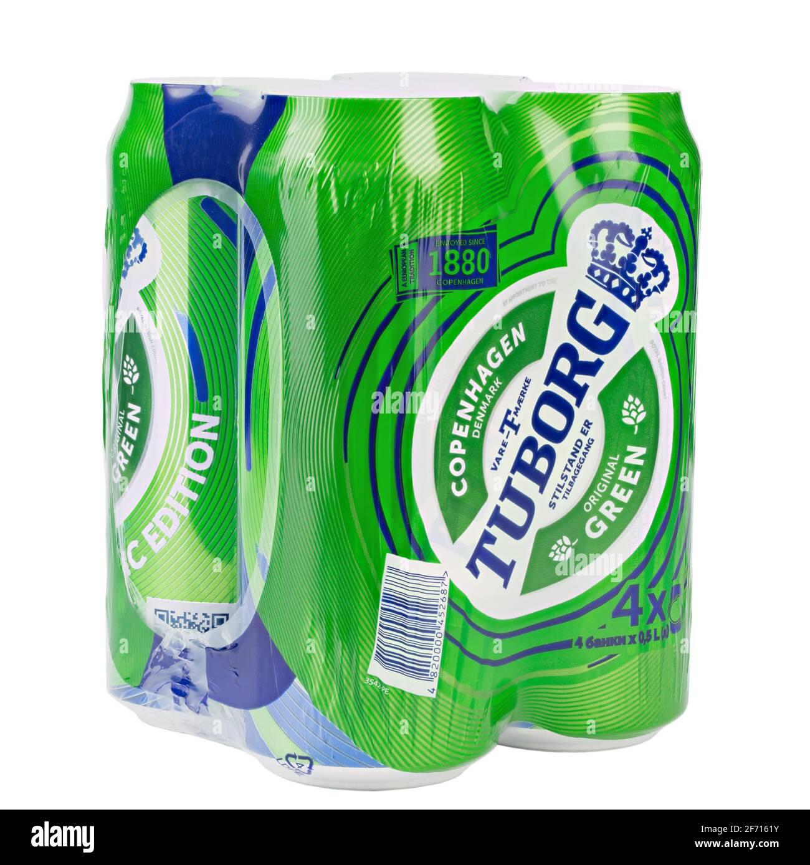 Ucrania, Kiev, marzo de 03. 2021: Cuatro paquetes de aluminio de cerveza verde Tuborg sobre fondo blanco. Tuborg es una empresa cervecera danesa fundada en 1873. Archivo Foto de stock