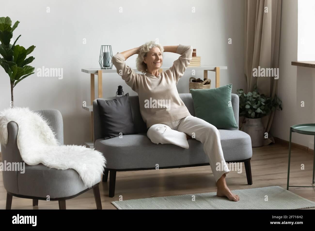 Feliz pensionista de mediana edad de 60s años pasando tiempo libre en casa Foto de stock