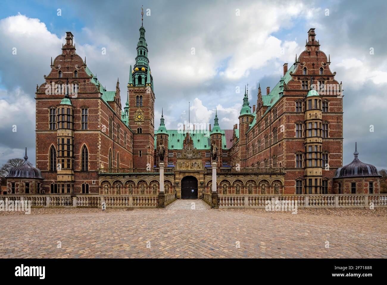 Hillerod, Dinamarca; 4 de abril de 2021 - construido a principios del siglo 17th, el Castillo Frederiksborg es uno de los castillos más famosos de Dinamarca. Foto de stock