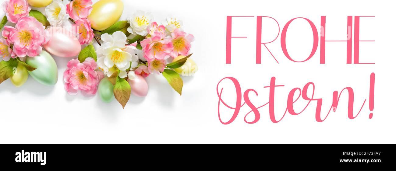 Banner de primavera de Pascua. Decoración de huevos de Pascua y flores. Felices Pascuas en alemán Foto de stock