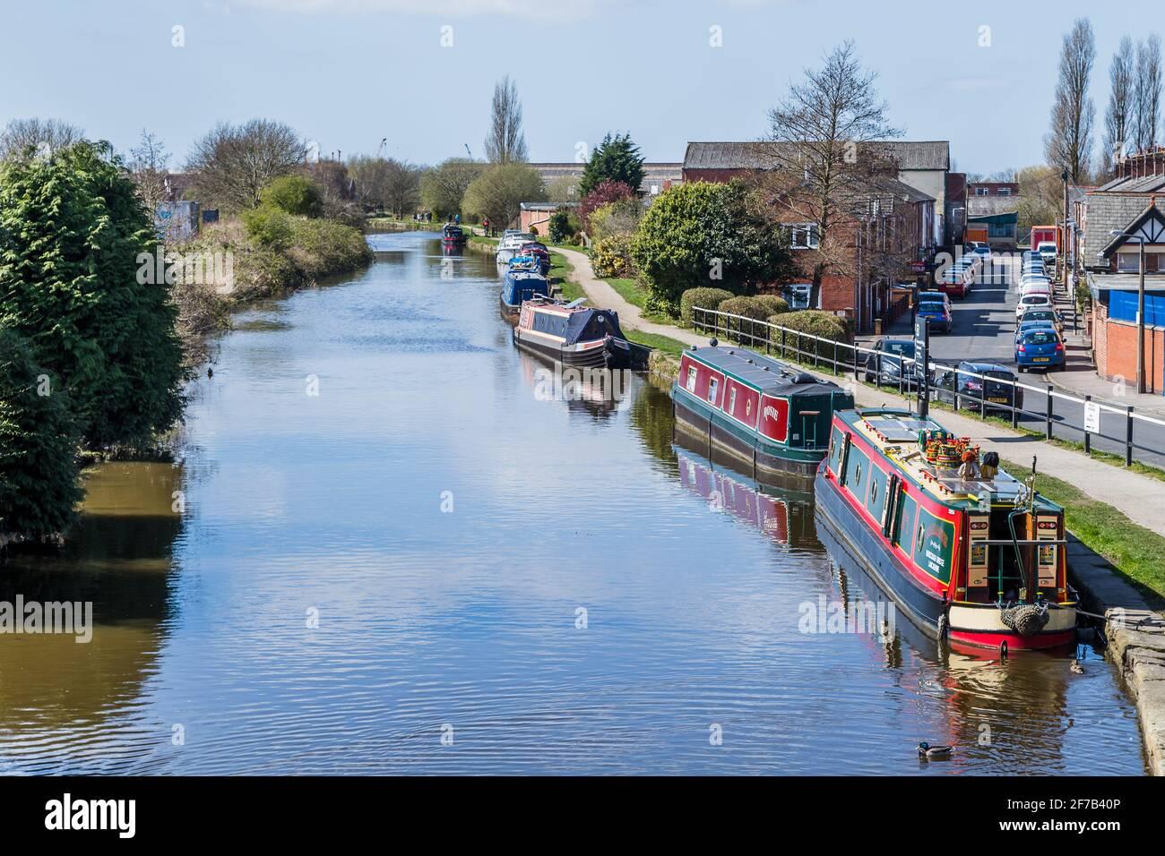 Barcos estrechos y coloridos vistos en el Canal de Leeds Liverpool cerca de Burscough, Lancashire en abril de 2021. Foto de stock