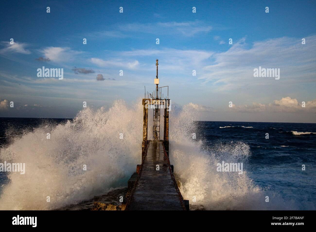 Este antes era un dispositivo de alerta de tsunamis situado en el Samar oriental de Guiuan Calicoan. Guiuan fue el sitio de primera caída durante el Super Typhoon Yolanda el 8 de noviembre de 2013 y considerado como una de las provincias vulnerables a los impactos del cambio climático. Filipinas. Foto de stock