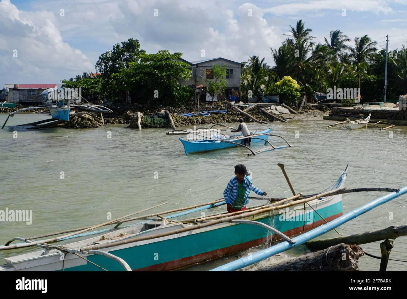 Pescadores trabajando en sus barcos en Trinidad, Guyuan Samar Oriental. La pesca es uno de los principales medios de subsistencia de esta provincia. Filipinas. Foto de stock