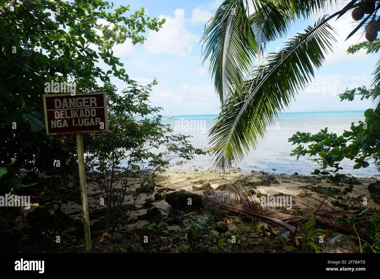 Una señal de advertencia que indica que esta zona es un sitio propenso a los tsunamis en Trinidad, Guyuan Eastern Samar. Guiuan fue el sitio de primera caída durante el Super Typhoon Yolanda el 8 de noviembre de 2013 y considerado como una de las provincias vulnerables a los impactos del cambio climático. Filipinas. Foto de stock