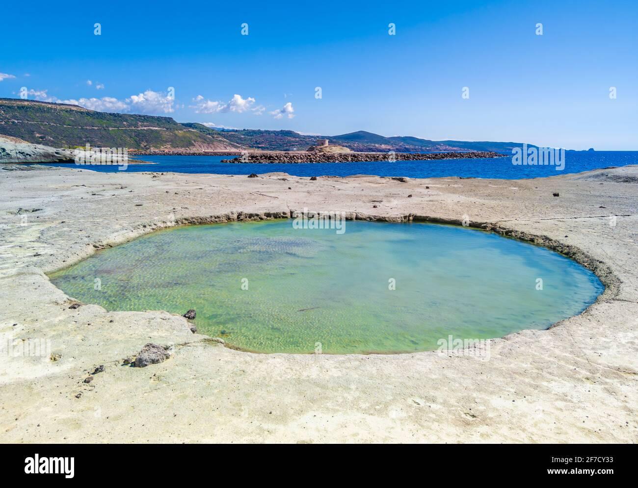 Bosa (Cerdeña, Italia) - una vista del pintoresco y encantador casco antiguo en la costa marina de Oristano, uno de los más bellos de Cerdeña Foto de stock