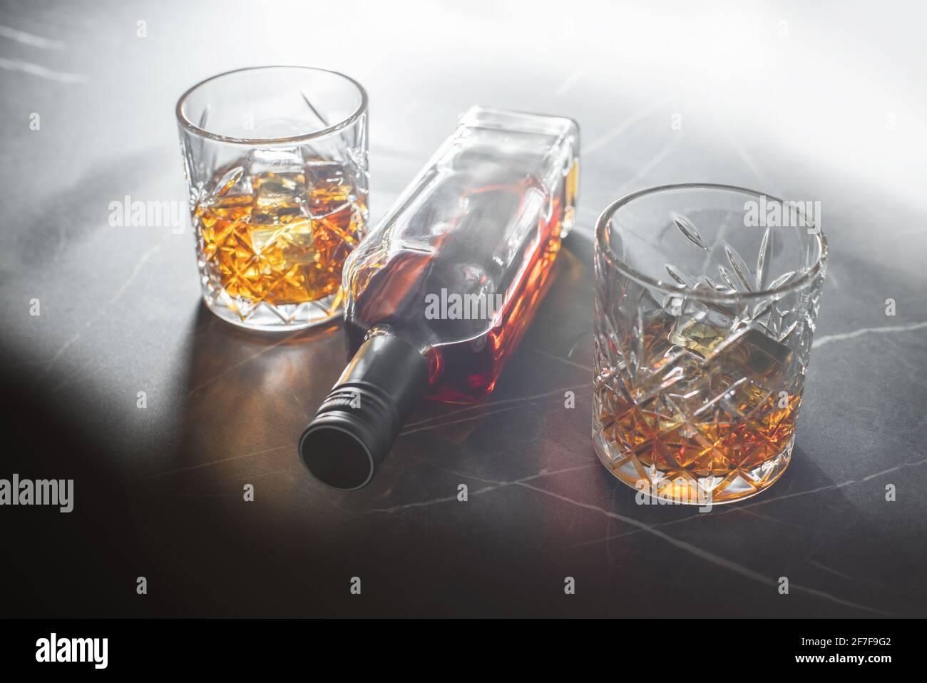bebida alcohólica, whisky sobre un fondo oscuro de piedra Foto de stock