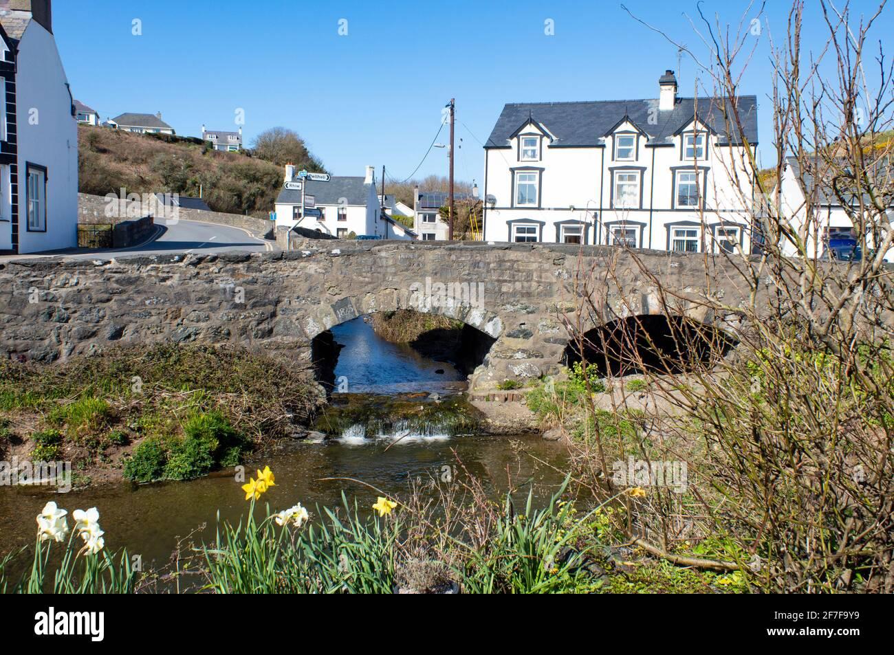 Pueblo de Aberdaron, Gales. Paisaje con un pequeño puente de piedra sobre un arroyo. Pequeño y encantador complejo turístico junto al mar. Foto de stock