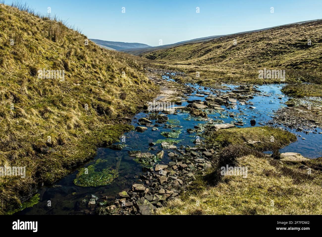 La fuente del río Grwyne antes de su viaje a través El embalse y en el valle Foto de stock