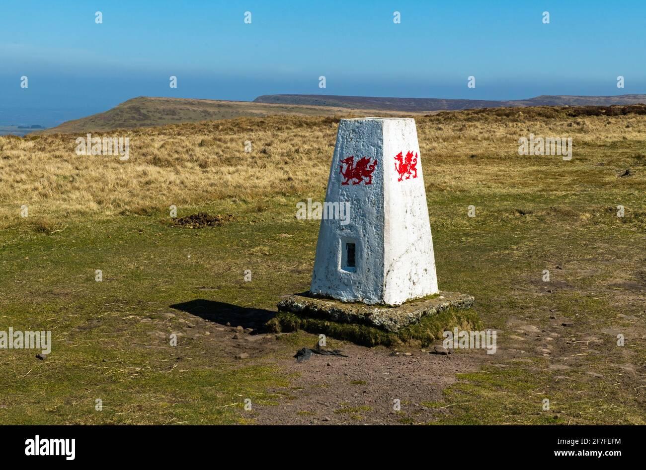 Un punto de triangulación o triangulación en la parte superior del colina de Rhos Dirion en las Montañas Negras mirando al norte Foto de stock