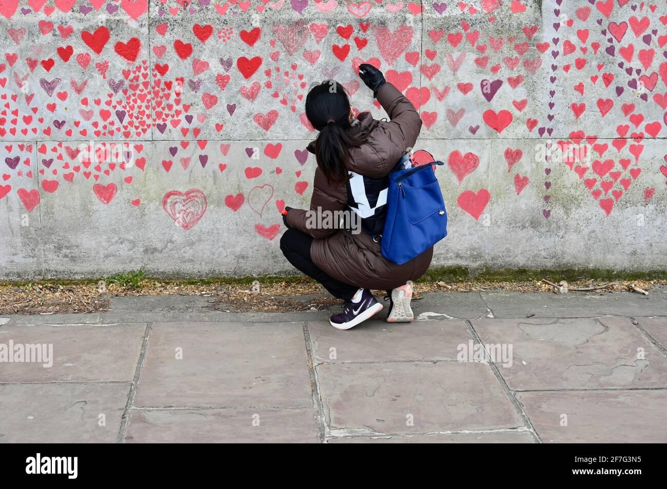 Londres. REINO UNIDO. Los corazones siguen siendo añadidos al Muro Conmemorativo Nacional Covid en el Hospital St. Thomas de Westminster, en memoria de aquellos que han muerto de coronavirus durante la pandemia. Foto de stock