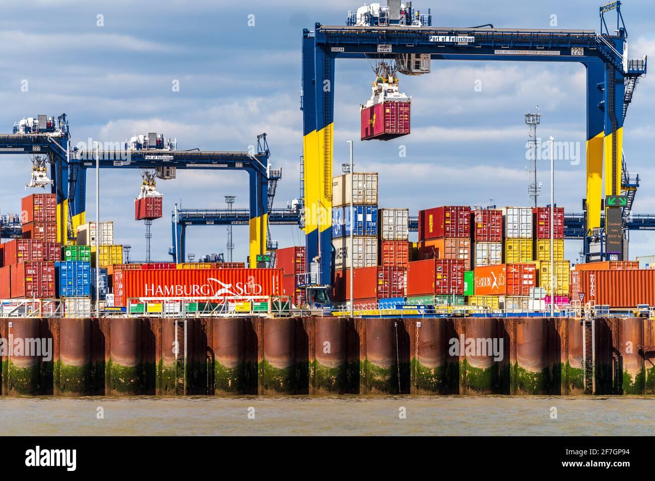Comercio de contenedores del Reino Unido - Puerto de contenedores del Reino Unido - Contenedores de transporte que se almacenan en el Puerto Felixstowe, el puerto de contenedores más grande del Reino Unido Foto de stock