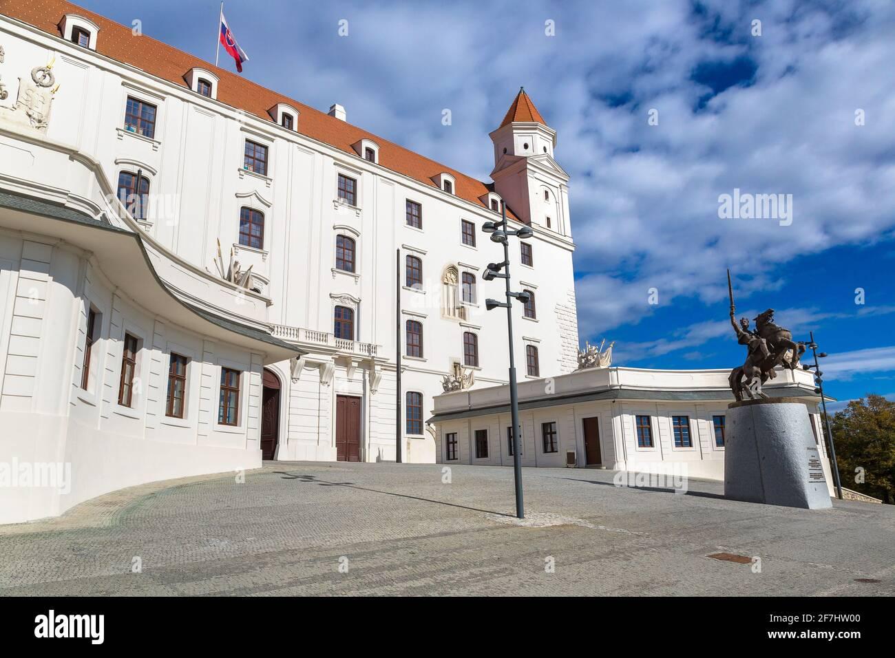 Castillo medieval en una colina en un día de verano en Bratislava, Eslovaquia Foto de stock
