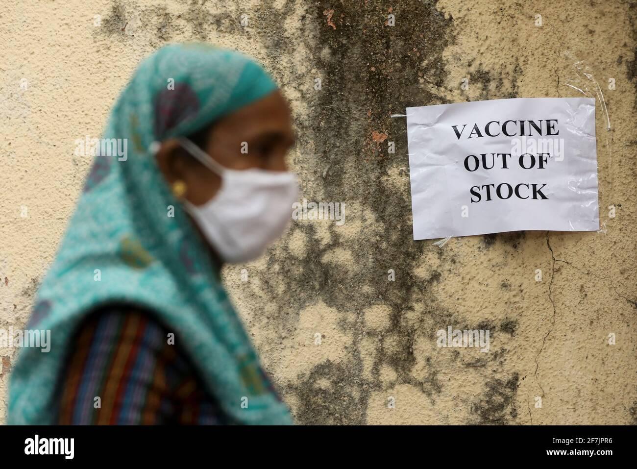 Un aviso sobre la escasez de suministros de vacunas contra la enfermedad coronavirus (COVID-19) se ve en un centro de vacunación, en Mumbai, India, el 8 de abril de 2021. REUTERS/Francis Mascarenhas Foto de stock