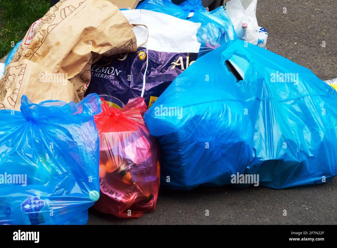 Descarte los residuos domésticos en bolsas de plástico, en el exterior Foto de stock