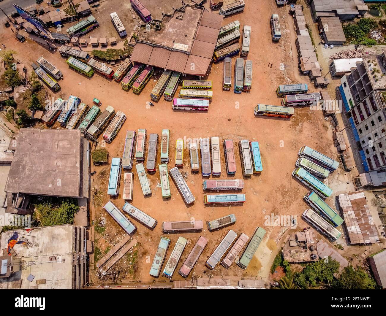 Barishal, Barishal, Bangladesh. 9th de Abr de 2021. Varios autobuses están estacionados en la parada central de autobuses de Barisal, uno de los más ocupados en la región sur del país, durante una semana de cierre nacional de Covid que comenzó el lunes Crédito: Mustasinur Rahman Alvi/ZUMA Wire/Alamy Live News Foto de stock