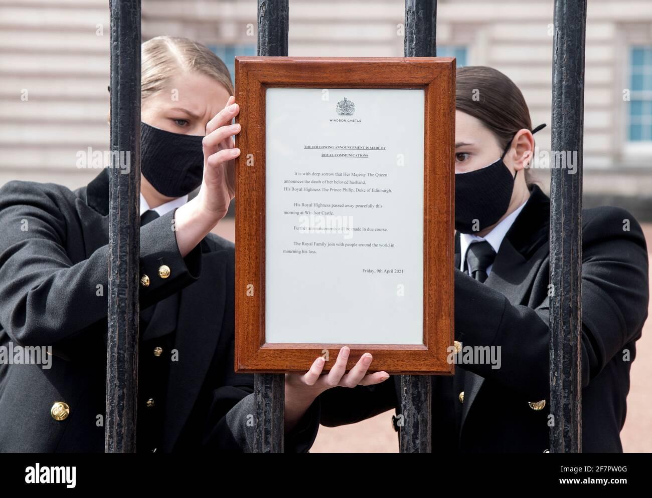 Una señal anunciando la muerte del príncipe Felipe de Gran Bretaña, duque de Edimburgo, que ha muerto a la edad de 99 años, se coloca a las puertas del Palacio de Buckingham, en Londres, Gran Bretaña, el 9 de abril de 2021. Ian West/Pool a través DE REUTERS Foto de stock