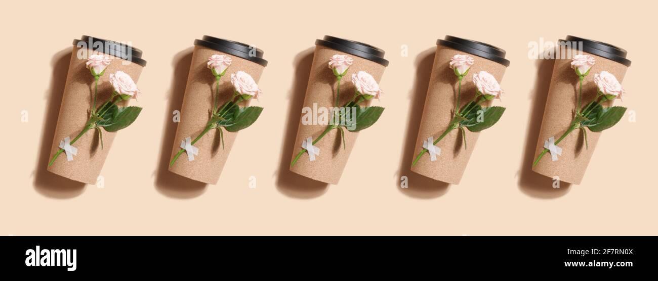 taza de té o café ecológico reutilizable con diseño de rosa sobre fondo beige. Estilo de vida sostenible. Concepto ecológico y cero residuos. Simulacro. Banner Foto de stock