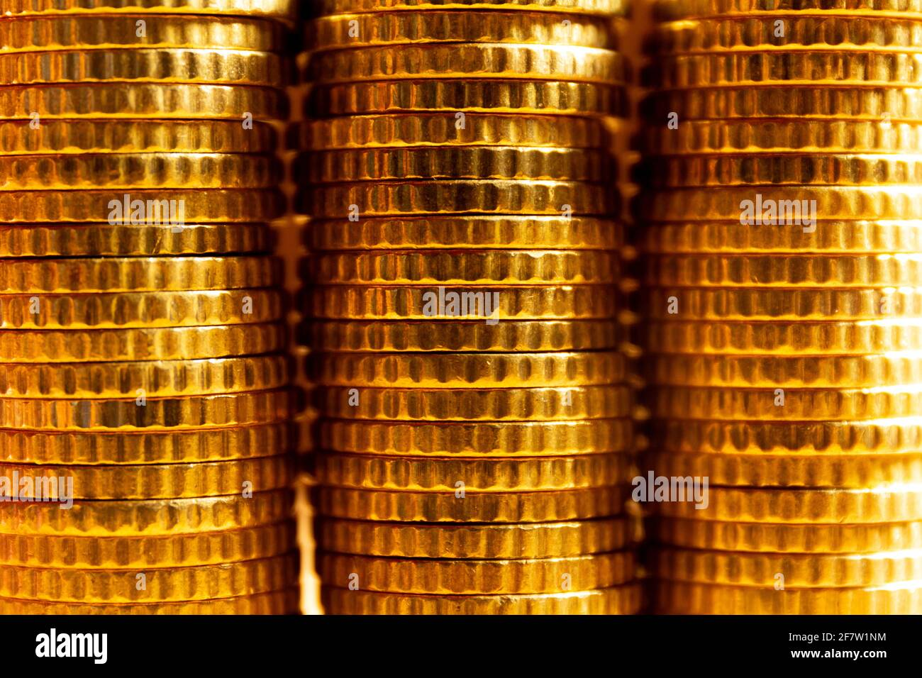 Vista de cerca de tres torres de monedas. Textura de la moneda. Banner de concepto de ahorro de dinero Foto de stock