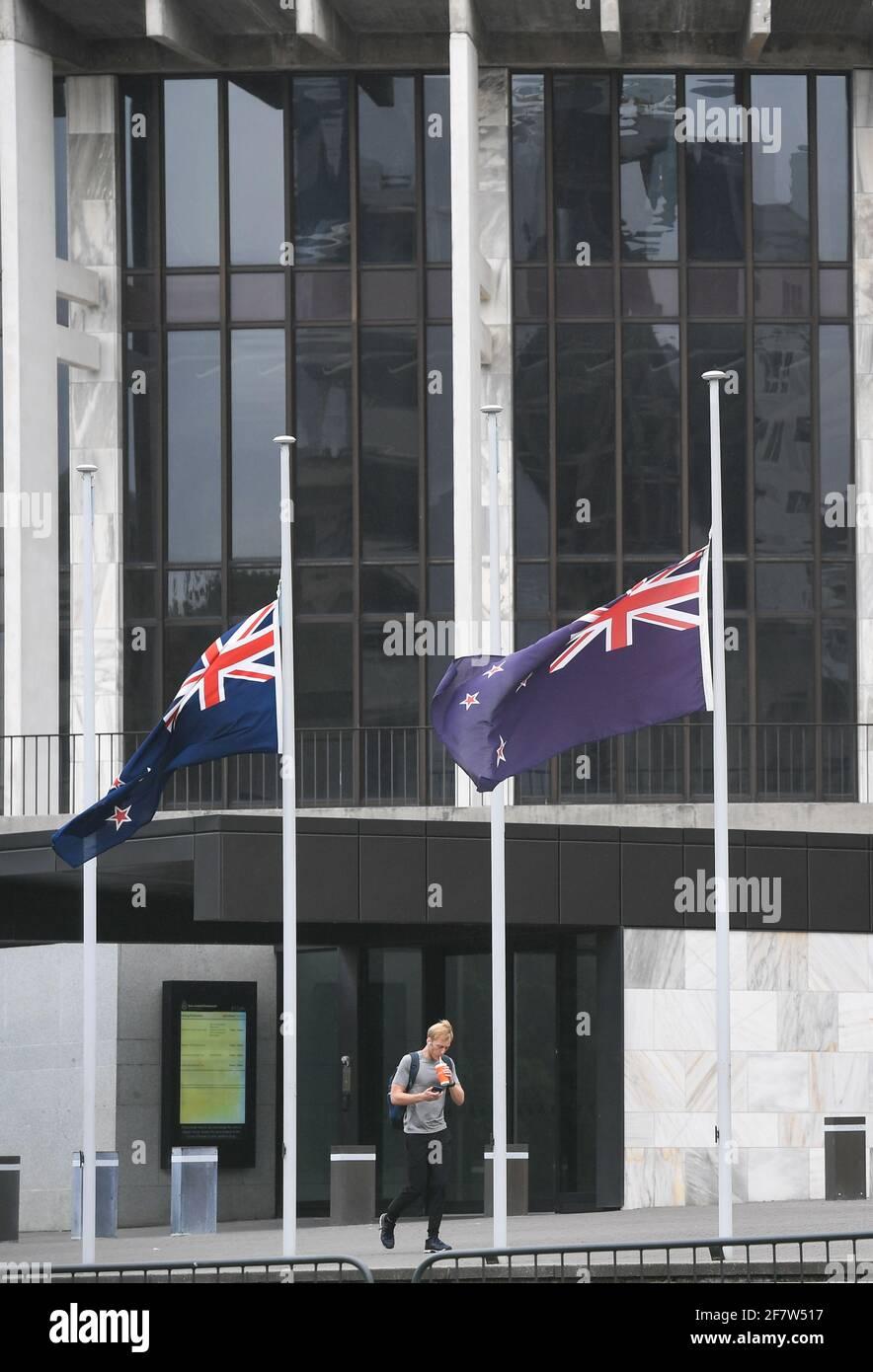 Wellington, Wellington. 10th de Abr de 2021. Las banderas nacionales de Nueva Zelanda vuelan a media asta frente a Beehive, el edificio del parlamento de Nueva Zelanda, para mostrar condolencias por la muerte del príncipe Felipe de Gran Bretaña, en Wellington, Nueva Zelanda, el 10 de abril de 2021. Crédito: Guo Lei/Xinhua/Alamy Live News Foto de stock