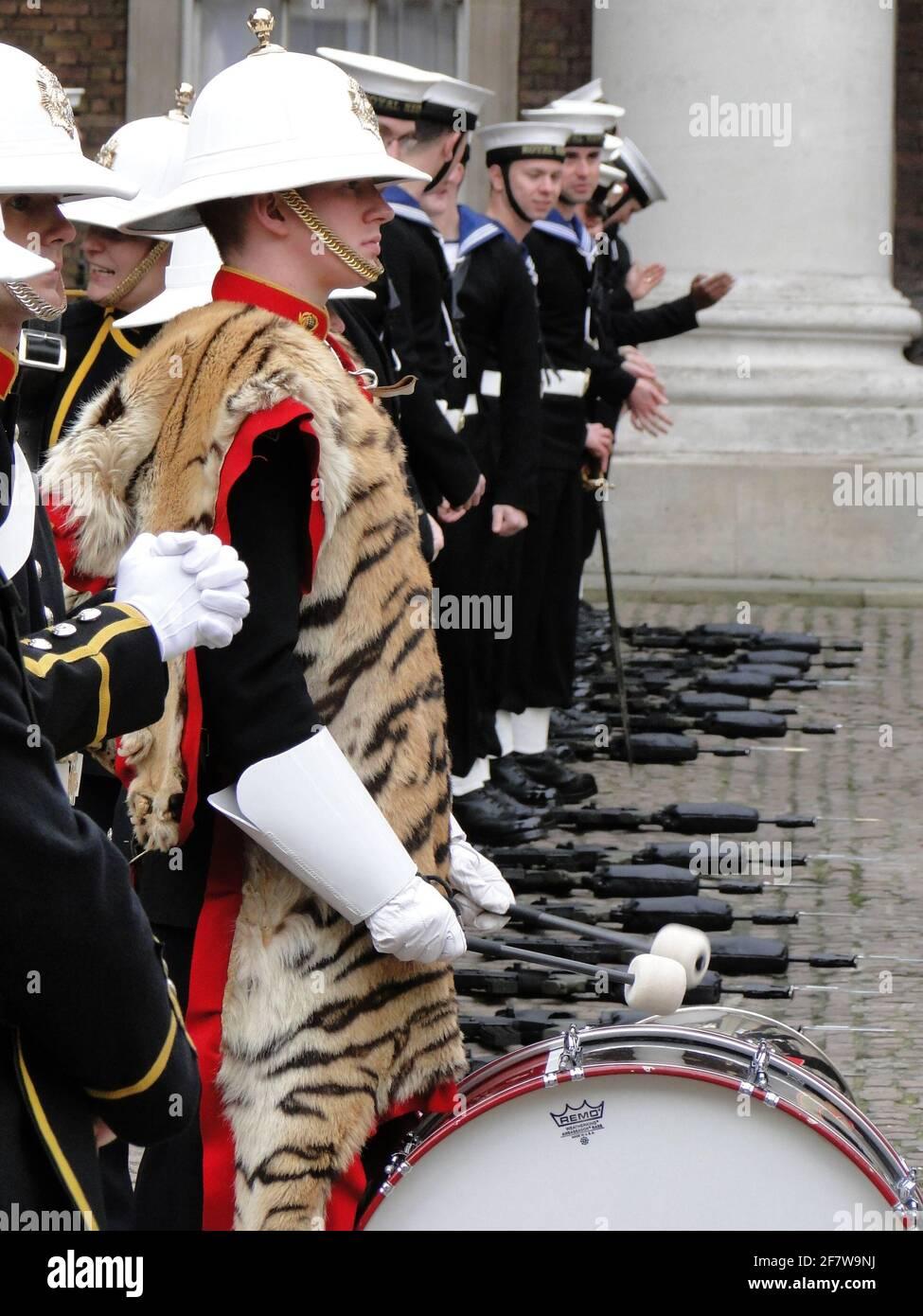 La Reina presenta formalmente al Duque de Edimburgo el título y la oficina de Lord Almirante de la Marina en Whitehall, para conmemorar su 90th aniversario. Londres, Reino Unido Foto de stock