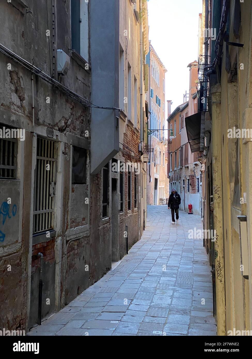 Pequeña calle en Venecia sin gente durante la crisis COVID-19, Italia Foto de stock