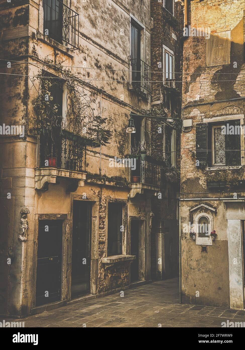 Calle vieja en Venecia, Italia, Vintage filtrado Foto de stock
