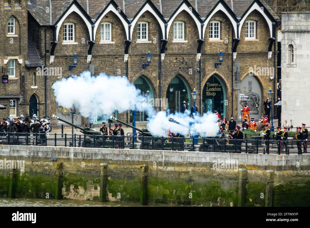 Londres, 10th de abril de 2021. 41 Gun saludo de la Honorable Artillería Company en la Torre de Londres para conmemorar la muerte de S.A.R. el Príncipe Felipe, Duque de Edimburgo. Crédito: Bradley Taylor / Alamy Live News Foto de stock