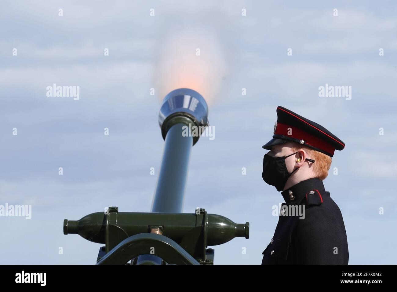 Los miembros del Regimiento de Artillería Real de 105th lanzaron un saludo de 41 disparos en el Castillo de Edimburgo, para marcar la muerte del Duque de Edimburgo. Fecha de la foto: Sábado 10 de abril de 2021. Foto de stock