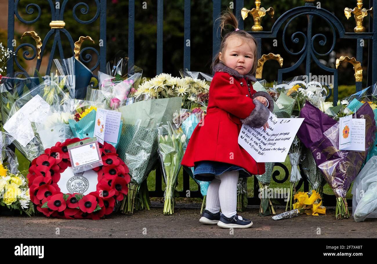 Maise Cairns, de 18 meses de edad, a las puertas del Castillo de Hillsborough en Irlanda del Norte, durante un homenaje con armas de 41 vueltas, tras el anuncio de la muerte del Duque de Edimburgo a la edad de 99 años. Fecha de la foto: Sábado 10 de abril de 2021. El Príncipe Felipe, de 99 años, fue el consorte más antiguo en la historia británica. Ver historia de la AP MUERTE Philip. Foto de stock