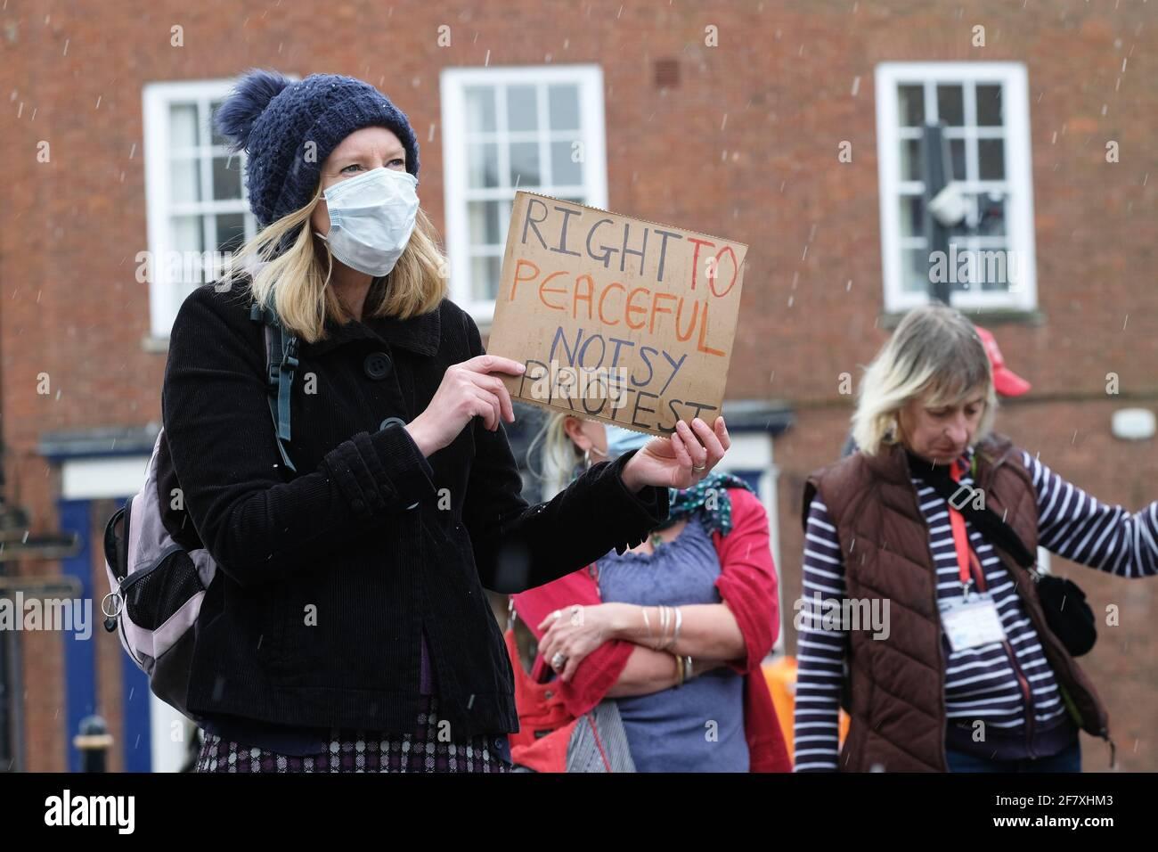 Worcester, Worcestershire, Reino Unido – Sábado 10th de abril de 2021 – Matar al proyecto de ley Los manifestantes se manifiestan en el centro de Worcester contra el nuevo proyecto de ley sobre la policía, el delito, la sentencia y los tribunales (PCSC), que consideran limitará sus derechos a la protesta legal. Foto Steven May / Alamy Live News Foto de stock